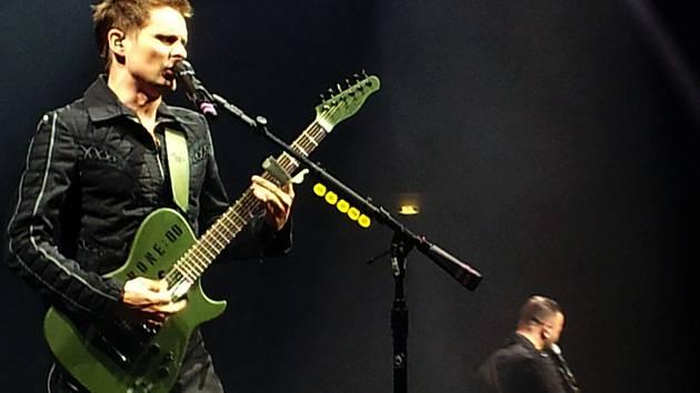 FRONTMAN MATT BELLAMY je zpěvák, kytarista, klávesista a pianista britské kapely Muse. Překvapuje svým živými vokálními výkony a falzetem i neotřelou nekonvenční hrou na elektrickou kytaru.