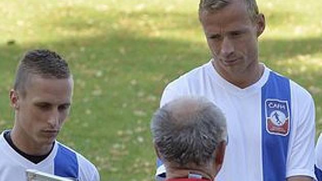 JANOŠÍK NASLOUCHÁ POKYNŮM. Martin Janošík (vlevo) vstřebává spolu s Jiřím Jarošíkem pokyny trenéra Wernera Ličky.