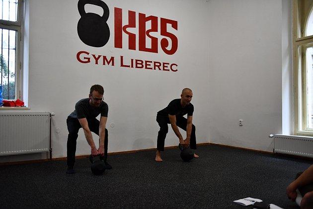 Otevření pobočky KB5 vLiberci. Jakub Mirovský (vlevo) předcvičuje.