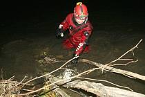 Potápěči prohledávali břehy řeky Nisy do pozdních nočních hodin.
