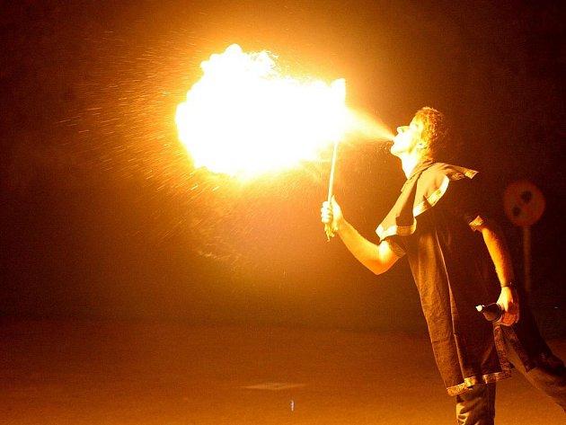 NOC ALCHYMISTŮ. Na návštěvníky čekaly netradiční prohlídky s alchymisty a čarodějkami i řada zajímavých pokusů.  Zlatým hřebem sobotní akce pak byla večerní show se světelnými efekty a ohněm v podání studentů VŠCHT Praha.