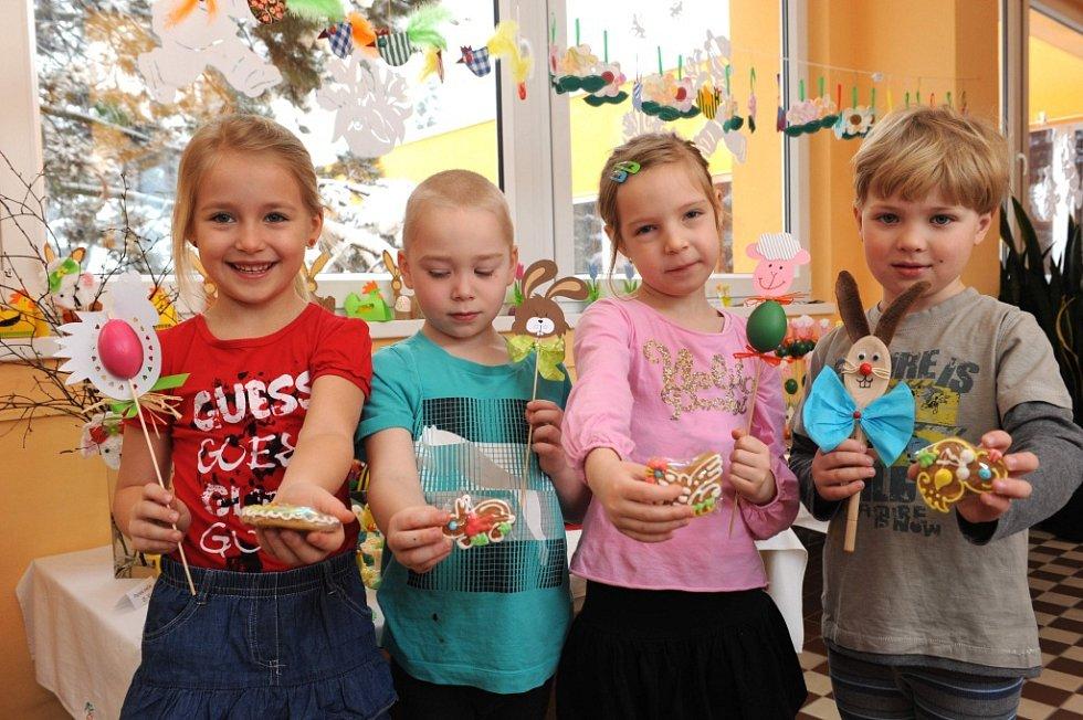 10.ročník velikonoční prodejní výstavy výrobků, zhotovených dětmi za vydatné podpory učitelek a rodičů, v liberecké MŠ Kamarád, 2013.