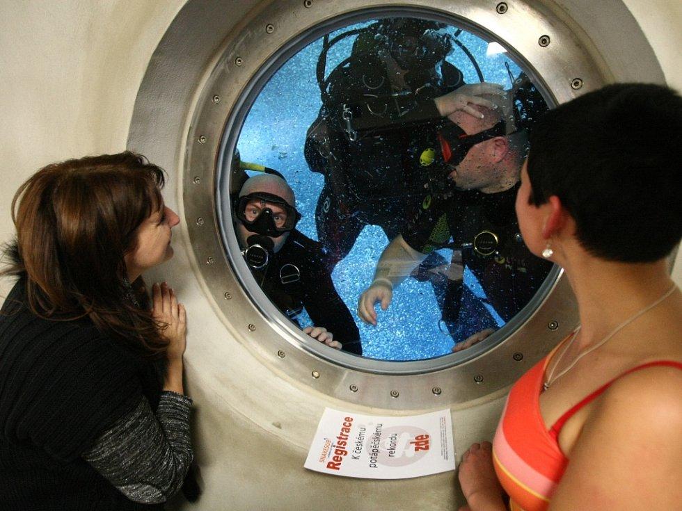 POKOŘILI REKORD. V libereckém bazénu, ve zdejší speciální věži 8,5 metru hluboké, potápěči překonali český rekord v největší koncentraci potápěčů ve věži.
