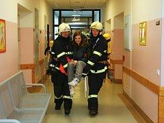 Hasiči dnes nacvičovali, jak evakuovat porodnici.