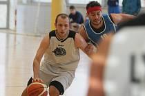 Ve II. lize basketbalu hostili Lynx Liberec celek Poděbrad (v modrém).