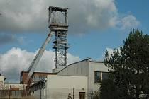ROZTOČÍ SE OPĚT KOLA TĚŽEBNÍCH VĚŽÍ?  Na začátku devadesátých let se ekonomicky již nevyplatilo těžit uran a Vláda ČR vyhlásila útlum těžby. Dnes je situace zcela opačná.