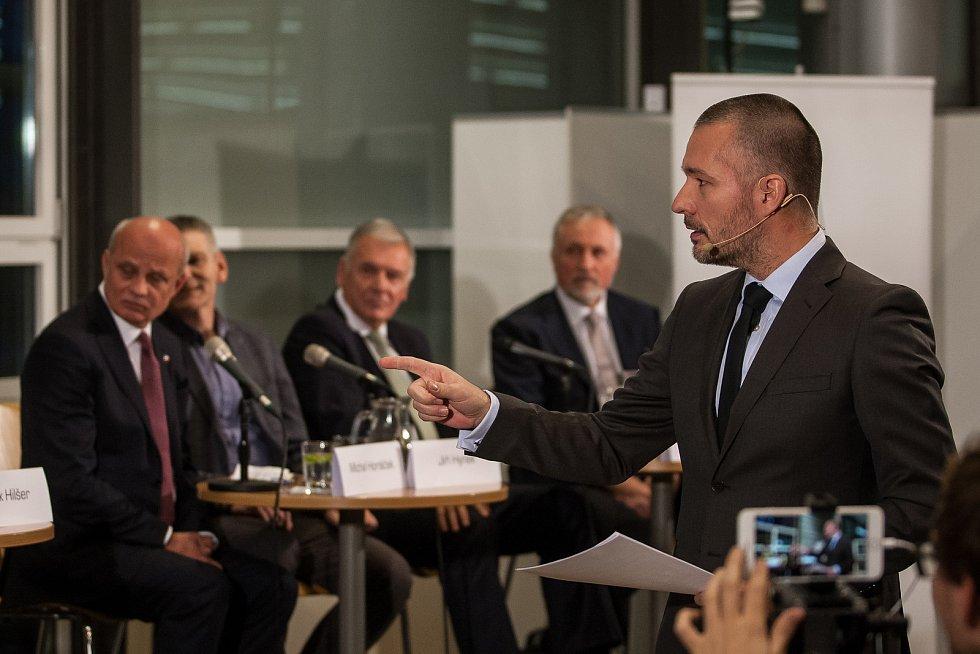 Předvolební debata s kandidáty na prezidenta republiky proběhla 16. listopadu v Krajské vědecké knihovně v Liberci za účasti všech kandidátů kromě současného prezidenta Miloše Zemana. Na snímku vpravo je moderátor Martin Veselovský.