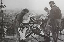 Sundávání sovětské hvězdy ze střechy liberecké školy U Soudu.