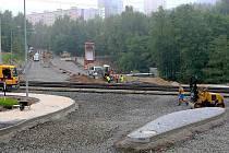 Stavbaři budují na rekonstruovaném úseku tramvajové trati také nové ostrůvky.