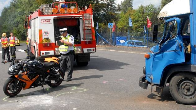 NÁRAZ ZPŮSOBIL SMRT. Motorkář, který čelně narazil do nákladního vozu v Jablonci, na místě zemřel. Náraz totálně zdemoloval kabinu auta. Kdo tragédii zavinil, šetří policie.