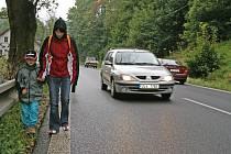 CHYBÍ CHODNÍK. Rušnou silnicí chodí děti i matky s kočárky.