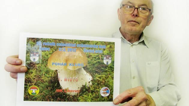 Zakladatel a předseda Mykologického klubu Liberec Josef Sedláček s diplomem, který si v Žatci liberečtí houbaři vybojovali.