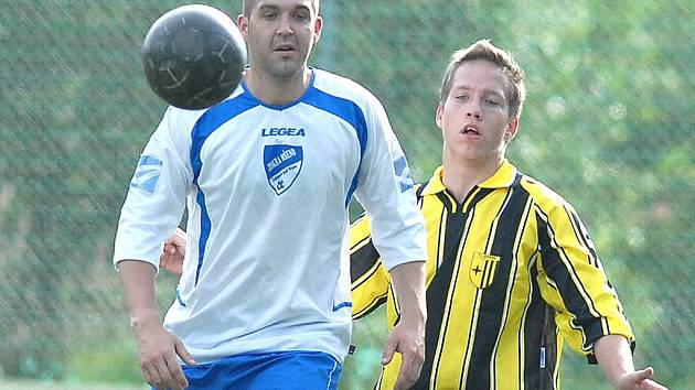 RATISLAVICE NA POSTUP. Toho  si je vědom  i mladý hráč Stolín (vpravo).
