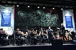 Závěrečný koncert sezony uspořádala Česká filharmonie mimo prahu, na zámku Sychrov.