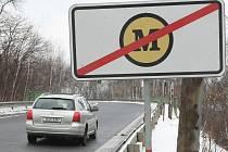 ZA ZNAČKY POKUTA. Tak nejspíš dopadne případ nepovoleného umístění těchto dopravních značek.