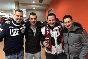 David Lehmann (zcela vlevo) se sparťanskými fanoušky v Home Credit Aréně v Liberci.