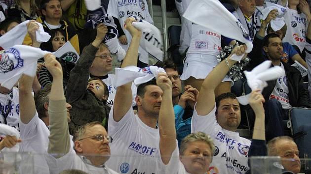 Hokejoví fanoušci Bílých Tygrů Liberec během čtvrtfinálových bojů proti západočeskému soupeři z Plzně.