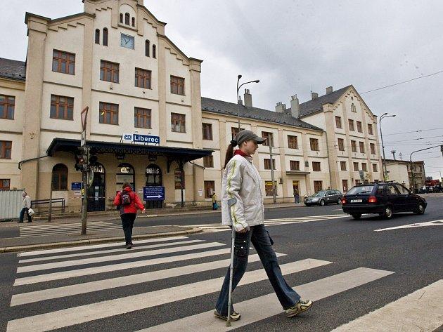 Prostor před hlavním vlakovým nádražím, kde nyní parkuje náhradní autobusová doprava, se stal předmětem sporu mezi Českými drahami a Magistrátem města Liberec.