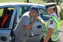 ALKOHOL K ŘÍZENÍ NEPATŘÍ. To snad již vědí i tři opilí muži, které policisté v noci dopadli. Ilustrační foto