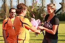 Barbora Špotáková, olympijská vítězka v hodu oštěpem, provedla slavnostní výkop fotbalového utkání.