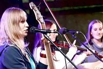 DÍVČÍ KAPELA BERUŠKY z Jablonce nad Nisou se minulý rok zúčastnila finále Porty v Řevnicích. Jejich zpěvačka a kytaristka letos pořádá oblastní kolo Porty v Rychnově u Jablonce nad Nisou.