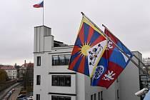 Vlajka pro Tibet na sídle krajského úřadu v Liberci.