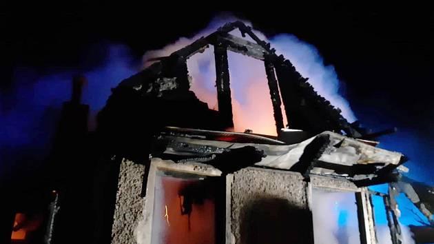 Při požáru chaty v Liberci jeden člověk zahynul, další se zranil