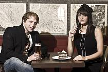 MLADÝ, FEŠNÝ A TALENTOVANÝ. Není divu, že písničkáři Tomáši Klusovi fandí velké množství dívek. V tomto případě však na první pohled hořkosladký flirt mezi pivem a zákuskem stvrzuje pouze hudební spolupráci se slovenskou zpěvačkou Janou Kirschner.