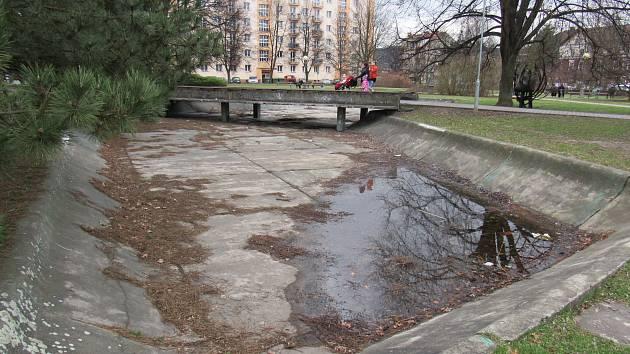 Stahují se sem bezdomovci, je tam sousta nepořádku.Nahradí bazének z 60. let moderní fontána?