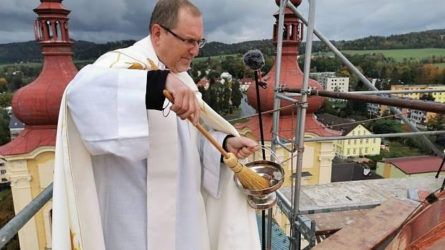 O víkendu byla posvěcena nová báně s korouhví nad lucernou hejnického chrámu.