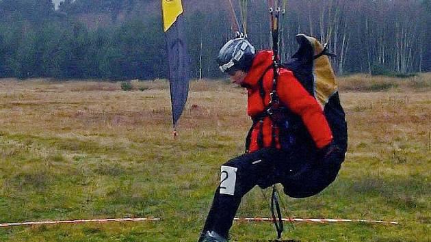 MAYER NAD TERČEM. Liberecký paraglidista v posledních dnech pilně nacvičoval přesnost přistání.