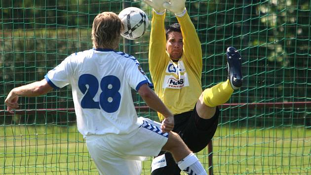 Naposledy se Liberec s Jabloncem střetly v červenci v přípravném utkání v Doubravě a Slovan vyhrál 1:0. Na snímku Blažek ohrožuje jabloneckého gólmana Zicha.