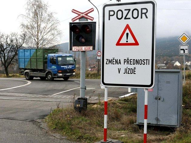 Z bezpečnostních důvodů došlo ke změně hlavní silnice u liberecké slévárny tak, aby kamiony v zimě při dávání přednosti v jízdě neblokovaly železniční přejezd.