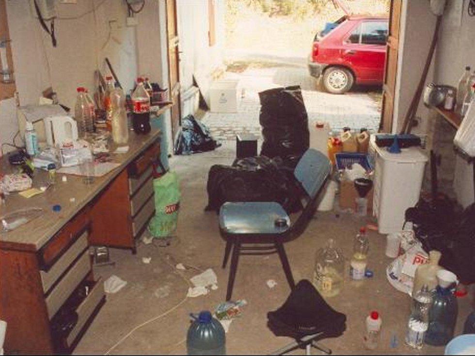 NELEGÁLNÍ LABORATOŘ. V garáži, kde byla objevena nelegální výrobna drog, byl nepořádek i silný zápach.