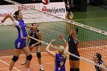 NA SÍTI ÚTOČÍ LIBEREC. Rutarová (v modrém) posílá míč přes jednoblok Ostravy.