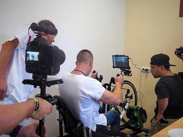Pacientům po úrazu páteře a poškození míchy bude pomáhat handbike trenažér. Spinální jednotka krajské nemocnice získala tuto rehabilitační pomůcku jako první z pěti v republice.
