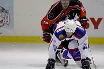 PRVNÍ PORÁŽKA PSK LIBEREC. Na domácím ledě se nechali liberečtí hokejisté překvapit od České Lípy. Na snímku vpředu je liberecký obránce Rastislav Číž.