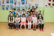 Prvňáci z 1. A Základní školy T. G. Masaryka Hodkovice nad Mohelkou se fotili do projektu Naši prvňáci. Na snímku je s nimi třídní učitelka Monika Kuntošová.