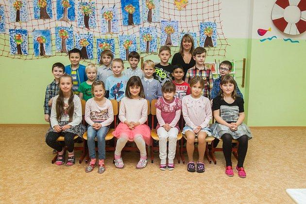 Prvňáci z1. AZákladní školy T. G. Masaryka Hodkovice nad Mohelkou se fotili do projektu Naši prvňáci. Na snímku je snimi třídní učitelka Monika Kuntošová.
