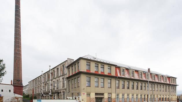 Zchátralá továrna na výrobu nití v centru Hrádku nad Nisou.