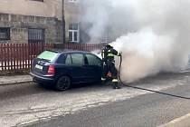 V Liberci hořelo auto. Plameny museli krotit hasiči