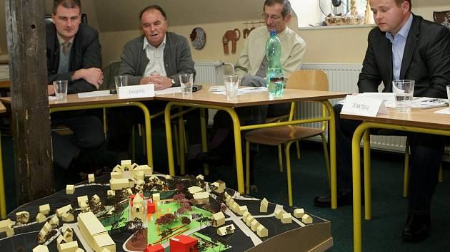 Jiří Zeronik (úplně vpravo) představil zastupitelům za společnost Iberus, která je zřizovatelem Doctriny, trojrozměrný model kopce s budoucím parkem.