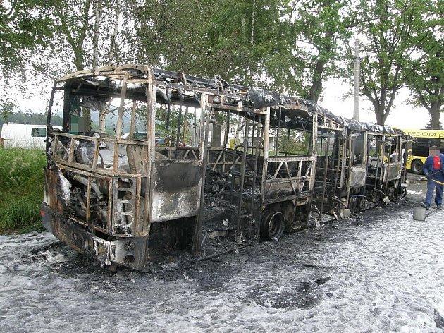 ŠTĚSTÍ V NEŠTĚSTÍ. V autobuse v době požáru naštěstí nikdo nebyl.