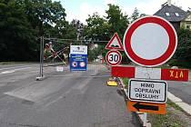 Uzavřená Vítězná ulice v Liberci.