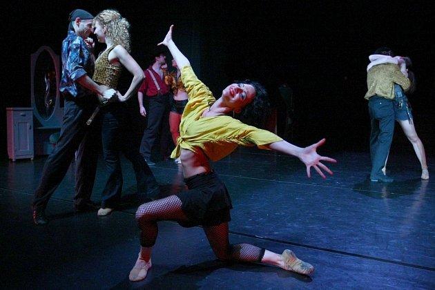 BALET V MALÉM DIVADLE PODRUHÉ. Po Posedlosti baletem opět ovládnou libereckou malou scénu tanečníci z baletního souboru. Tentokrát s inscenací Café Reichenberg.