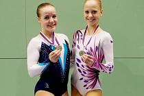 SPORT AEROBIC LIBEREC. Tým mladších žákyň se svými trenérkami slavil úspěch. Na snímku jsou juniorky Veronika Smetaníková a Aneta Chlumská.