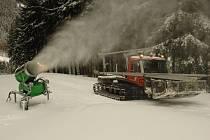 DĚLA V AKCI. Po několika dnech oblevy začala sněžná děla na Ještědu opět pracovat.