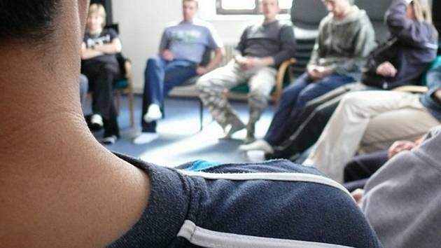 Jedno z každodenních  skupinových sezení v komunitní místnosti terapeutické komunity pro drogově závislé v Nové Vsi. Účastní se všichni klienti, skupiny spolu s terapeuty pomáhají řídit a směřovat k aktualitám.