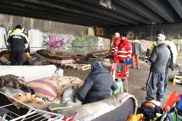 Bezdomovci žijí vlesích nebo vulicích Liberce. Pohled na jejich skromné příbytky je žalostný.