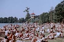 Hamr na Jezeře. Slavná scéna na pláži z filmu Dovolená s Andělem.